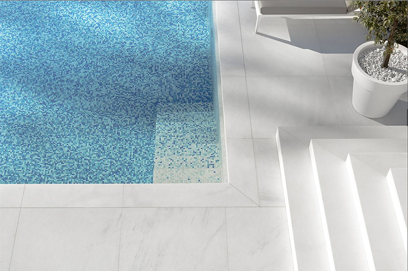 Pose de mosaïque dans une piscine à Draguignan